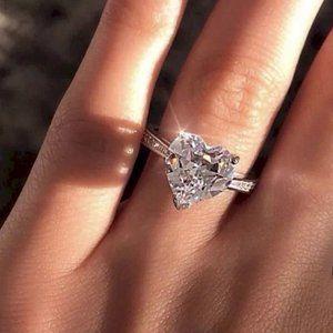 *NEW 18K White Gold Diamond Heart Ring